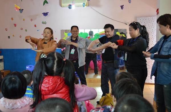 随后,图书馆的志愿者与留守儿童开展了互动活动,为孩子们带去了欢乐.